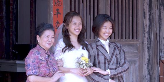 星泰娛樂提供01_國民阿嬤淑芳阿姨(左1)為黃堯(中)親手縫婚紗,右為顏卓靈